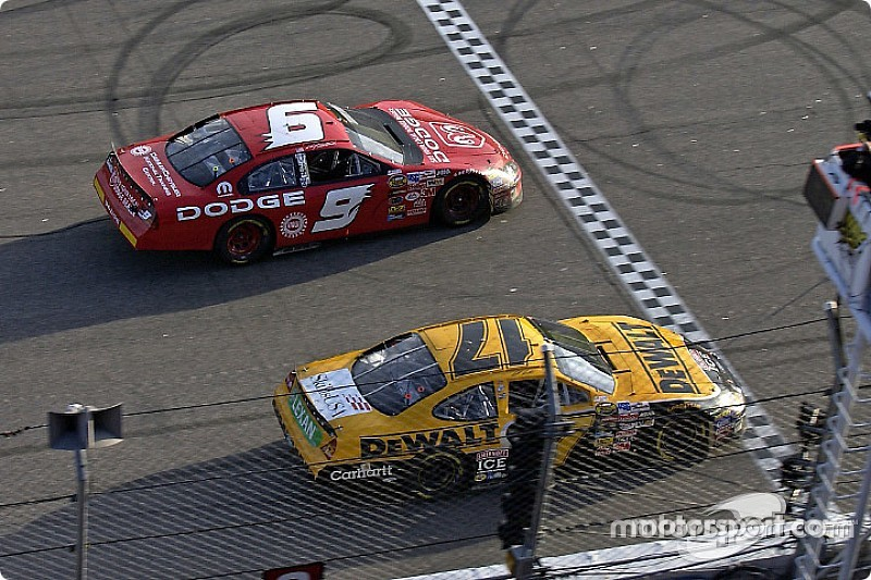 nascar-cup-rockingham-2004-matt-kenseth-takes-the-checkered-flag-inches-ahead-of-kasey-kah